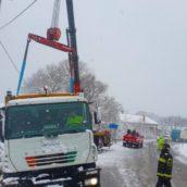 Maltempo in Irpinia, camion per la raccolta rifiuti esce fuori strada