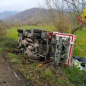 Grottolella, mezzo per la raccolta rifiuti si ribalta: nessun ferito