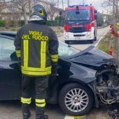 Auto contro un muro a San Martino Valle Caudina: 2 feriti