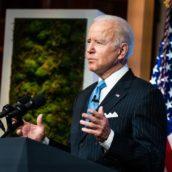 Usa: Biden allenta l'uso delle mascherine all'aperto per i vaccinati