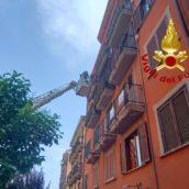 Avellino, caduta di calcinacci dai balconi di un edificio: caschi rossi in azione