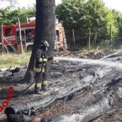 Forino, cumulo di legna in fiamme: caschi rossi in azione