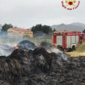 Montella, rotoballe di fieno in fiamme: paura e danni