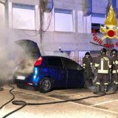 Monteforte Irpino, autovettura in fiamme nella notte: caschi rossi in azione