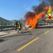 Monteforte Irpino, auto in fiamme sulla A16: nessuna conseguenza per il conducente